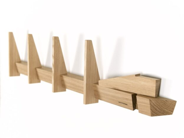 Enkel knagerække i egetræ eg træ fra Hjuler.Design moderne dansk design